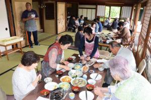 正暦寺で毎月21日に「お食事会」が開かれている。概ね20~30人がお寺に集ってお昼ごはんをみんなでワイワイと食べる。そんな取り組みが始まって5年目を迎えた。