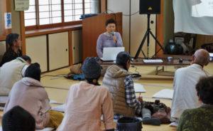 福島第一原発事故の被災者が体験談を話す「菅野みずえさんのおはなしを聞く会」(再稼働を考える上林の会=山本陽介代表=主催)が12日、八津合町の市観光センターで開催された。菅野さんは福島県の浪江町で被災し、その後4年間の仮設住宅での生活を経て昨年5月に兵庫県三木市に移住。全国各地を回り、体験談を話している。