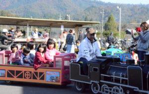 豊里公民館(清水忠雄館長)の文化部(伊藤幸男部長)は13日、栗町の市豊里コミュニティセンターで恒例の「豊里地区文化祭」を開き、老若男女が文化に親しむ一日を楽しんだ。