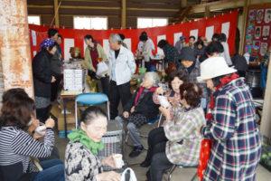 住民主体の取り組みによって、過疎、高齢化が進む地域で生活サービスや地域活動の場を集めた「小さな拠点」を形成し、集落の活性化を目指す活動に取り組んでいる志賀郷地区で17日と18日の2日間、小さな拠点事業が試行された。志賀郷町のJA京都にのくに何北支店の倉庫を拠点に利用し、マーケットや一服できるサロンを設けたほか、無料バスを運行。住民たちは市街地へ行かなくても買い物ができる利便性を確かめた。