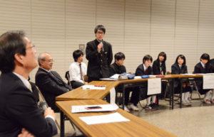 生徒の英語に対する関心・意欲を高めよう―と、中学生が英語で市長に質問したり、学校紹介をしたりする「市中学生英語サミット2016」が25日、里町の市中央公民館中央ホールで催された。