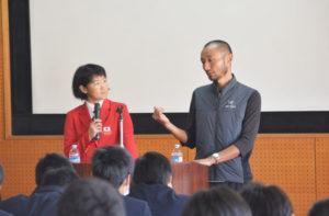 リオ五輪の自転車競技に出場した與那嶺恵理さん(25)とコーチの武井きょうすけさんによる講演会がこのほど、岡町の綾部高校四尾山キャンパス(本校)で開かれた。