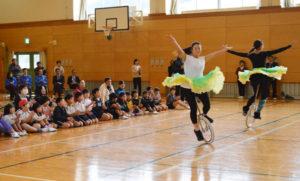 八津合町の上林小中一貫校(小畑学校長)の小学生26人が30日、一輪車の日本のトップ選手たちから一輪車の乗り方や技などを教わった。