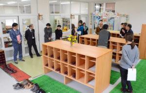 来春、市内初の3年保育となる「八田幼稚園」として再出発する現在の東八田幼稚園(吉田純子園長)の園舎(梅迫町、八田中学校校舎内)整備がこのほど完了し、関係者らに公開された。3年保育に対応するため保育室を増設したことに伴い、以前はピロティ(壁のない柱だけの場所)だった部分(約134平方㍍)を増築して職員室や保健室などを移設し、昇降口も設けられた。