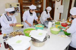 一足早い「おせち」で、よい新年を―。東八田福祉懇談会(会長=上野司・東八田地区自治会連合会長)は11日、梅迫町の東八田公民館で恒例の「おせち料理」の調理を行い、地区内の75歳以上の一人暮らし世帯など106食分の配食サービスに取り組んだ。