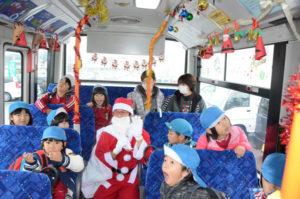 市は25日まで、あやバス車両のうち上林線を走る中型車両(車番10―00)と、志賀南北線を走るマイクロバス車両(同10―07)の車内にクリスマスの装飾を施して運行している。