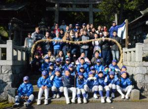 高倉町の高倉神社(四方幸則宮司)で18日、神社に飾るしめ縄づくりが行われた。例年、吉美地区内の若手中心の有志らによって作られているが、今年はたまたま来綾していた豪州の高校生たちも参加。日本の文化に親しんだ。