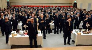 市内の政財界や各種団体の代表らが一堂に会して新年を寿(ことほ)ぐ綾部商工会議所(塩田展康会頭)の「新年互礼会」が4日、西町1丁目のI・Tビルで開催され、出席した約280人が気持ちも新たに、地域と互いの更なる飛躍を誓い合った。