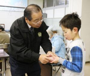由良川サケ環境保全実行委員会(佐々木幹夫会長)による今年度のサケの卵の引き渡しが6日、川糸町の府綾部総合庁舎で行われ、用意した5万粒の発眼卵が、事前に申し込んだ240の個人・団体(計501人)の手に渡った。