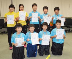 今月と3月にそれぞれ開かれる小学生のソフトテニス大会に府代表として出場する綾部ジュニアソフトテニスクラブ(大槻伸一代表、48人)の選手たちの激励会がこのほど、市役所まちづくりセンターで行われた。