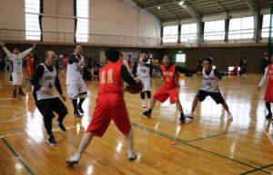 40歳以上のバスケットボール愛好者らの交流の機会として市バスケットボール協会(岡田孝夫会長)が企画した第1回「市マスターズバスケットボール大会」が1月29日、宮代町の日東精工体育館で開かれ、府北部各地や兵庫県三田市から参加した男子5チーム、女子4チームが熱戦を繰り広げた。