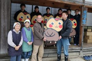 睦寄町の「水源の里・古屋」(渡邉和重代表)に1月31日、福知山市の府立福知山高等技術専門校から10基の看板が贈られた。