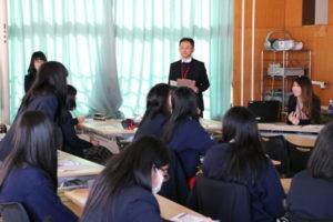 岡町の綾部高校四尾山キャンパス(本校)で8日、2年生(239人)を対象にした進路別ガイダンスが行われた