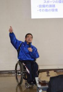 中丹地区体育協会連絡協議会主催の地区別指導者研修会が2月25日、並松町の市民センター多目的ホールで講師にアテネパラリンピック男子400㍍リレー銅メダリスト(日本記録保持者)の寒川進さん(47)を招いて催された。