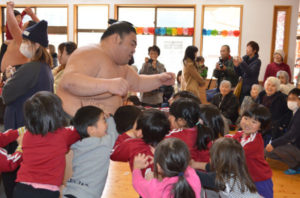 十倉名畑町の綾東こども園(渡辺友子園長、78人)に2日、日本相撲協会・春日野部屋に所属する「栃の濱」ら幕下力士3人が訪れ、園児たちとふれあった。