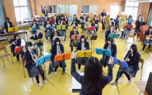 綾部高校の吹奏楽部(和田莉奈部長)の1、2年生33人が12日に里町の府中丹文化会館で開く50回記念の定期演奏会で、50人近くもの強力な〝応援団〟が加わる。同部OBの3人が実行委員となり昨年末、あやべ市民新聞などを通じて元部員らに節目の定期演奏会への参加を呼びかけたところ、多数の有志が応えた。同部や実行委員らは、「多くの市民にもぜひ来場してもらい、一緒に楽しい時間を過ごしたい」と、当日を心待ちにしている。
