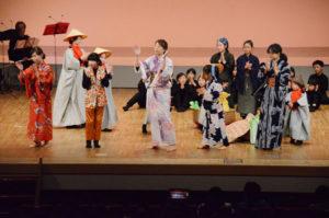 綾部、福知山、舞鶴などに住む親子ら50人が出演する「おやこで手作りミュージカル『じごくのそうべえ』~中丹へぶらり寄りみち」(実行委と府中丹文化事業団主催)が20日、里町の府中丹文化会館で上演された。