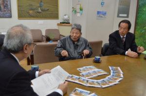 NPO法人舞鶴・引揚語りの会(宮本光彦理事長、34人)会員で、第二次大戦に出征し、シベリアで過酷な抑留生活を強いられた92歳の原田二郎さん=安国寺町=の体験談を収めたDVD16枚がこのほど、同会から綾部市教委に寄贈された。平成20年から舞鶴引揚記念館で語り部として活動している原田さんが「私の代わりができた」と後世に託す思いを込めた貴重な資料だ。市教委はこのDVDを市内の小中学校全校に配布する。
