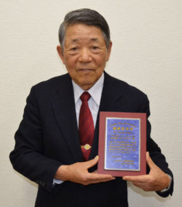 NPO法人綾部ベンチャー・ものづくりの会(若山行正会長)の「桑と繭のワーキンググループ(WG)」はこのほど、公益財団法人・衣笠繊維研究所(京都市)から「繊維教育賞」を受賞した。蚕糸技術を生かした地域社会における体験的教育活動が高い評価を受けた。