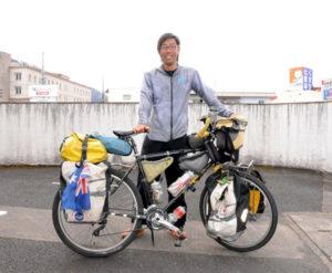 2年半をかけて自転車で世界一周を果たした男性が4日、古里の綾部に帰ってきた。走行距離は地球1周分に当たる4万㌔。訪れた国は約35カ国にも及ぶ。旅を終えて「ついこの間、出発した感じなのに。早かった」としつつ、「心の底から、旅をしてよかったと思う」と振り返っている。