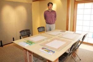 「アール・ブリュット(生の芸術)」の作品を展示する西町2丁目のギャラリーきりん舎(や)が22日から、絵を描くことなどを通じて「幸せな時間」を提供するアトリエとして、施設1階の展示スペースを新たに活用する。毎月第2、4土曜に開催するこの取り組みの名称は「アトリエにしまち通り」。当初は府立中丹支援学校(福知山市私市)の生徒2人と、自立支援センター・いかるがの郷(味方町)の就労者1人を迎えてスタートする。