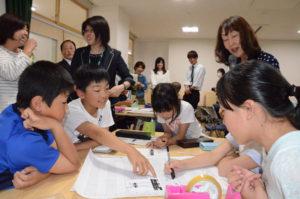 子どもたちにゲーム感覚で「お金」の正しい使い方を体験してもらう「子ども金融教室」が16日、鷹栖町の東綾小中一貫校(野々垣照美校長)で5、6年生児童22人を対象に開かれた。