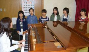 一昨年に発足した児童合唱団「ラベンダーハーモニー」の初めての自主コンサートが6月11日に、大島町の市ふれあいセンターで開かれる。団員はいずれも中筋地区に住む小学5年生の女の子6人。週1回の練習を重ねてリズム感やハーモニーを身に着けてきた。団員たちは自主公演に向けて「お客さんに楽しんでもらえるコンサートにしたい」「見てくれた人が『一緒にやりたい』と思うように歌いたい」などと思いを話している。