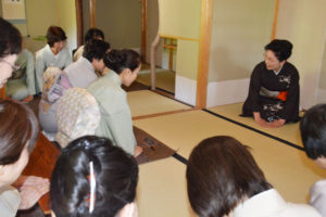 「お世話になった方々にお茶で感謝の気持ちを伝えたい」―と、一昨年、茶道裏千家の家元から名誉師範の称号を受けた今枝宗昭(昭子)さん(78)=並松町=が20日と21日の2日間、神宮寺町に所有する茶室「聴松庵」で茶会を催した。
