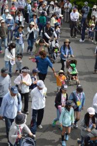 志賀郷公民館文化産業部(成田説雄部長)主催の第29回歩こう会が5月28日、志賀郷町の同公民館多目的ホール前から西方町の藤波神社までを往復する7・2㌔のコースで催され、参加した地区住民らがさわやかな汗を流して交流した。