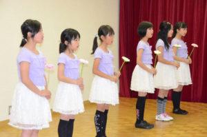 子どもコーラスグループ「ラベンダーハーモニー」(松下めぐみさん主宰)の初の単独コンサートが11日、大島町の市ふれあいセンターで開かれ、小学5年生の女の子たち6人が練習の成果を精いっぱい披露した。