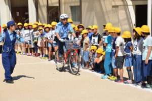 綾部小学校(上野町、村上元良校長)の4年生96人が14日、校庭で綾部署員らから自転車の正しい乗り方を教わった。