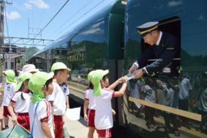JR西日本の豪華寝台列車「トワイライトエクスプレス瑞風」の運行が17日から開始された。この日正午過ぎには京都方面から運行の瑞風が山家駅に到着し、21分間停車。地元住民や園児ら多くの人たちが旗を振るなどして歓迎し、普段は静かな雰囲気の無人駅が活気に包まれた。