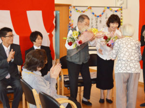 今月1日、NPO法人から社会福祉法人に変わった里町の介護事業所「どんぐりの家」(藤本浩子理事長)の新たなスタートを祝う催しが4日、どんぐりの家が同町内で運営する高齢者生活支援事業所「おこしやす」で催された。