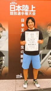 6月に大阪市で開催された日本陸上の男子100㍍で、サニブラウン選手ら日本のトップ選手たちが「最速」を競ったレースに日本中が注目したことは記憶に新しい。その大舞台で綾部出身の女子選手も活躍。やり投げで自己ベストをマークし、銅メダルを獲得した。59㍍53の記録は、日本歴代6位、学生歴代3位に入る好成績だ。