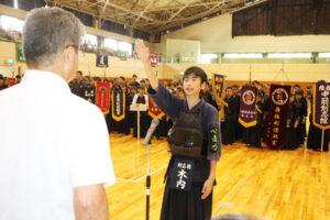 府北部最大の少年剣道大会として恒例の「あやべ水無月まつり剣道大会」の第60回記念大会(綾部剣道連盟主催、市体育協会共催、あやべ市民新聞社など後援)が16日、府内外の71チーム約360人が出場し、上杉町の市総合運動公園体育館で盛大に開かれた。