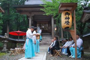 「土用の丑(うし)の日」の25日、高倉町の高倉神社(四方幸則宮司)で恒例の「天一さんの土用の丑祭」があり、市内外から多くの参拝者が訪れた。