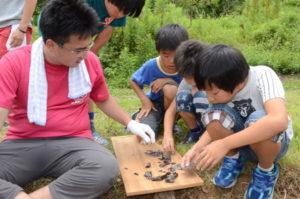 市内の小中学生らに縄文時代の生活を体験してもらおうというイベント「縄文スタイルinあやべ」が7月30日、西坂町を会場に開かれた。
