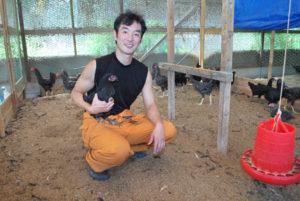 シャモを綾部の特産にしたい─と、八津合町で奮闘している生産者がいる。蓮ケ峯農場を経営する峰地幹介さん(31)だ。