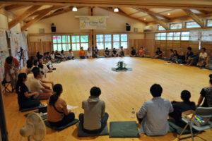 鍛治屋町の市里山交流研修センターが10~13日の4日間、「アート・オブ・ホスティング」と呼ばれる海外発祥のリーダーシップ実践法を学ぶトレーニング会場として利用され、国内外から訪れた13歳~60代の計60人が3泊4日の合宿に挑んだ。