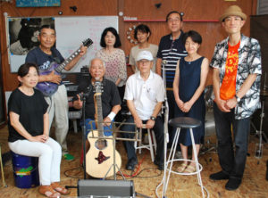 市内外の40~60代の仲間でつくる音楽グループ「綾姫フレンズ」が19日、物部町の市物部営農指導センターで開かれる「ものべ夏まつり」(物部の将来を考える会主催)でデビューする。物部をテーマにした曲も発表する予定だ。リーダーの丸田重和さん(66)=物部町=は「活動が地域を盛り上げる一助になってくれたら」と話し、本番を前に練習にも熱がこもる。