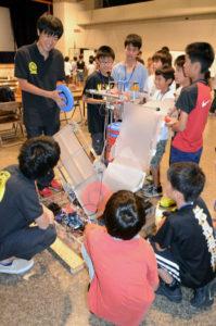 子どもたちに「ものづくりの町・綾部」をアピールする「綾部ものづくり体験ツアー」が24日、里町の市中央公民館で開かれ、市と京都工芸繊維大学による連携事業の一環として「ロボット授業」が行われた。