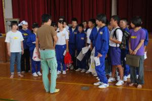 梅迫町の八田中学校(木村茂校長)で25日、プロの劇団員による演劇ワークショップが行われた。指導を受けた2年生26人は、演劇を披露する11月3日の文化祭に向けて劇の魅力などを体感した。