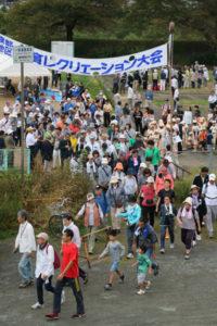 綾部公民館(森貢会長)が主催する第35回「綾部地区体育レクリエーション大会」が8日、川糸町の第1市民グラウンドを発着点として開かれ、約400人の市民が歩こう会やゲームを楽しんだ。