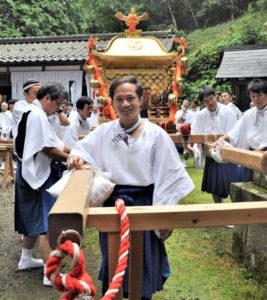木祖殿神社(岡町)と「夫婦」の関係にあるとされる福田神社(大島町)で8日、恒例の秋季大祭が執り行われ、幟旗(のぼりばた)を持った子どもの行列や子ども神輿、若者たちによる威勢のよい神輿が氏子の町内を駆け巡った。