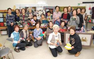 傾聴ボランティアグループとして昨年10月に発足した「チクチククラブ」(吉田郁子代表)が、今月で丸1年を迎えた。独居老人宅などに出向いて相手の話に耳を傾ける活動からスタートしたが、今は市福祉ホール(川糸町)での手芸活動も加わり、仲間の輪が広がっている。