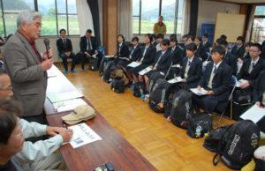 綾部市内でも、国内外の小中、高校生が農家に宿泊しながら野菜収穫や自然観察などをする教育体験旅行の受け入れが本格的に動き出した。4、5の両日には山家と上林両地区で初のモニターツアーが行われ、京都文教高校(京都市左京区)の生徒が有意義な時間を過ごした。