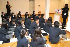 青野町に登記上の本店を置くグンゼは、創業者・波多野鶴吉と妻はなを描いた紙芝居を製作した。