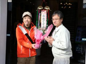 平成8年にオープンした青野町のグンゼ博物苑の来館者数が20日、13万人に達した。同日、苑内でセレモニーが行われ、13万人目の来館者にはグンゼから記念品や花束が贈られた。
