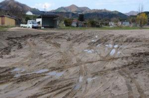10月の台風禍から1カ月余り。濁流に飲まれた第2市民グラウンド(青野町)は使用禁止のままで、今も再開のめどは立っていない。真砂土が流されたグラウンドには川から運ばれてきた泥がたまり、こぶし大の石もゴロゴロ。更にグラウンド横にある道路のアスファルトが一部がめくれ、利用者が駐車場としてよく使っていた川沿いのスペースには大木が流れ着いたままだ。大きな爪痕(つめあと)が残る現場に行ってみた。