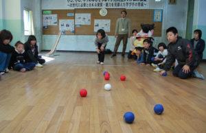 綾部小学校(上野町、村上元良校長)で5日、同校のたんぽぽ学級(特別支援学級)の児童9人と、中丹支援学校(福知山市私市)の児童2人がパラリンピックの正式種目「ボッチャ」を通じて交流を深めた。